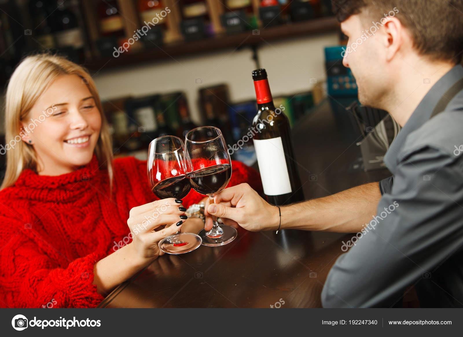 Barkeeper und Frau Besucher Prost miteinander von Wein — Stockfoto ...