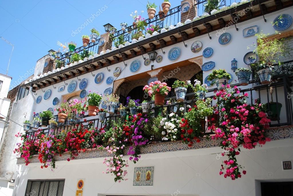 Balcon en fer forg sur une maison de ville traditionnelle - Balcon de ville ...