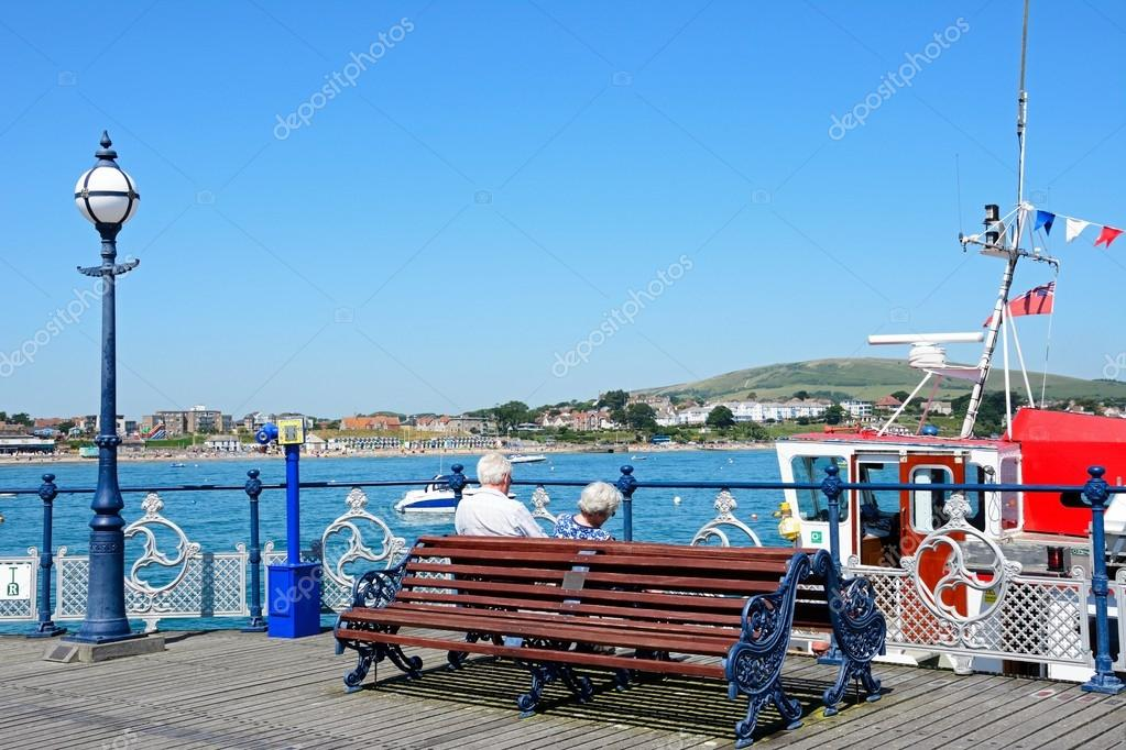 Panchina Con Lampioni Seduti : Seduti sulla panchina foto royalty free immagini immagini e