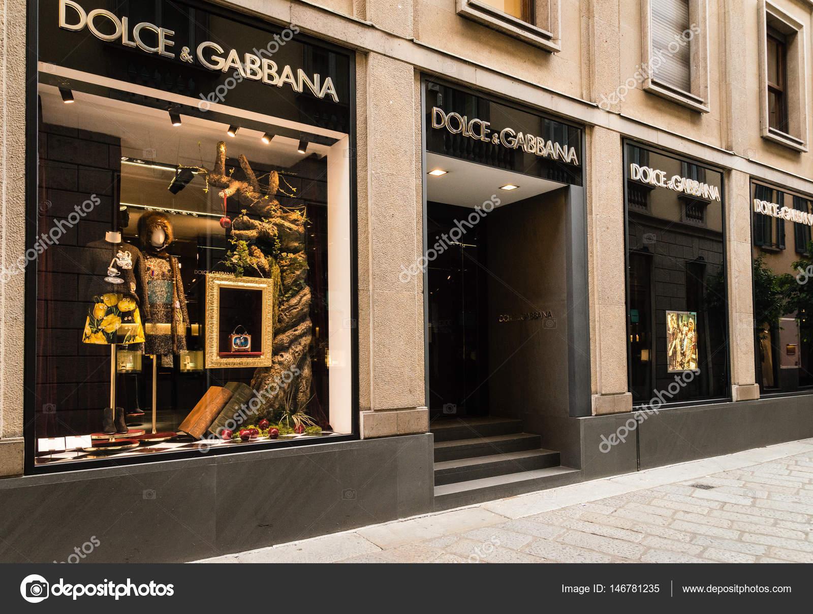 956494099c8d5 Milan, Italie - 9 octobre 2016   Vitrine et entrée d un magasin Dolce  Gabbana   à Milan - zone de Montenapoleone, Italie. Quelques jours après la  Fashion ...