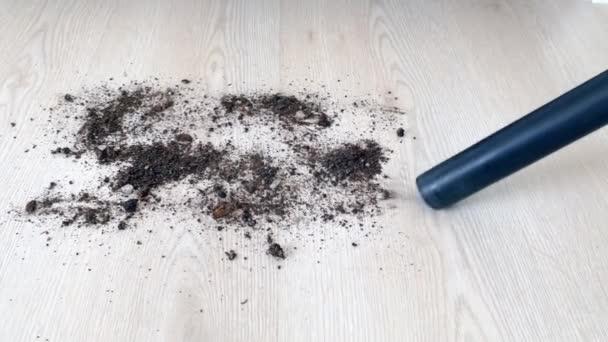 úklid domu s vysavačem, čištění vylévající půdy s vysavačem,