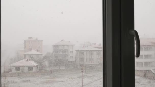 sněžení, sněžení pohled z balkonu domu,