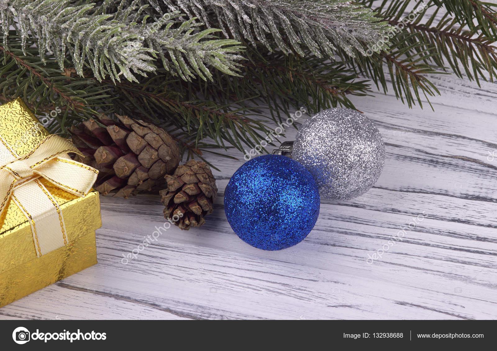 Feestdagen Natuurlijke Kerstdecoratie : Kerstdecoratie met gouden geschenk doos blauw en zilver ballen