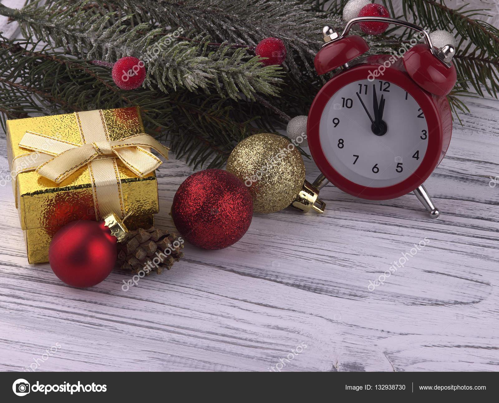 Feestdagen Natuurlijke Kerstdecoratie : Kerstdecoratie met gave vak rood alarm klok kegel natuurlijke fir