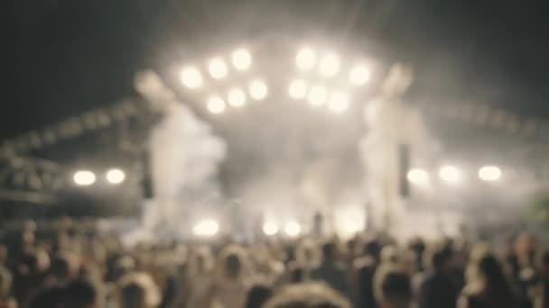 Dav lidí párty na koncertě