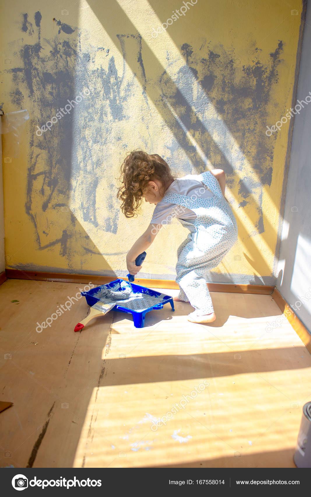 Kleines Kind Madchen Helfen Machen Renovierung Am Haus Zimmer