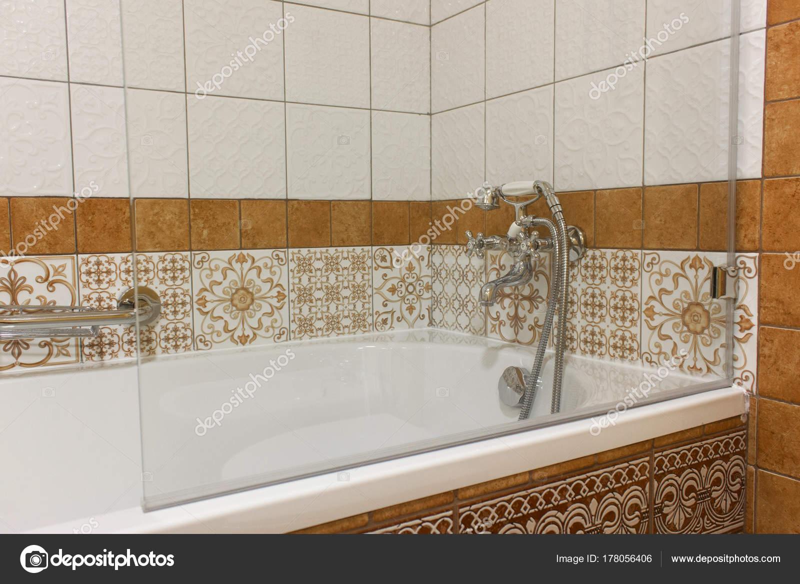Cremagliera di doccia su vasca di bagno u foto stock
