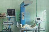 Fényképek Újszülött baba alszik és újszülött intenzív osztályon berendezések