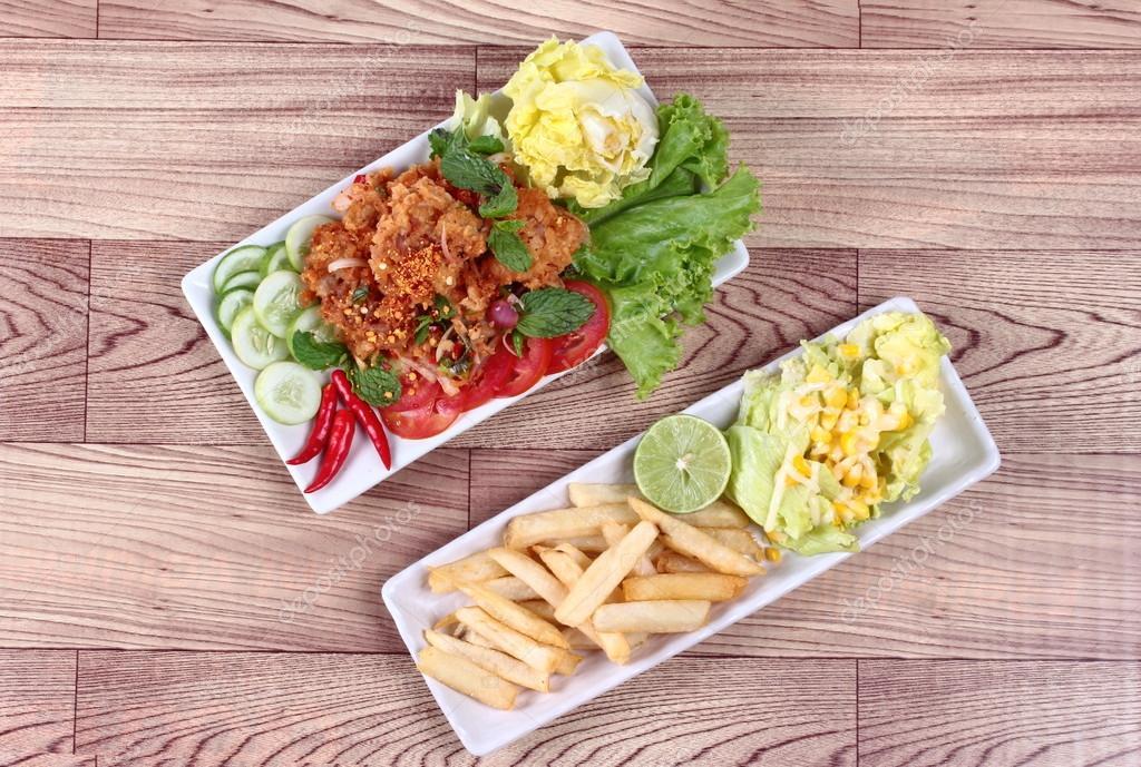 Würzig Gebratene Hähnchen Salat Yum Kai Zap In Thai Serviert