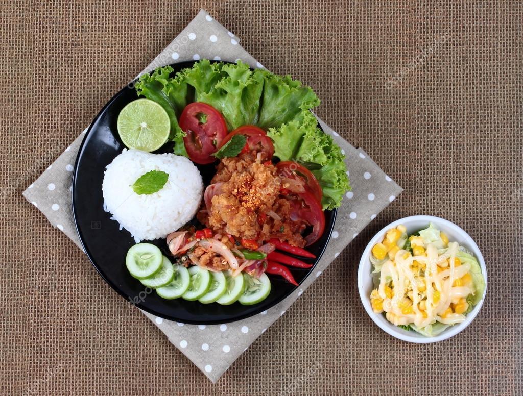 Jasminreis Mit Würzig Gebratenen Hähnchen Salat Khao Yum Kai Zap In