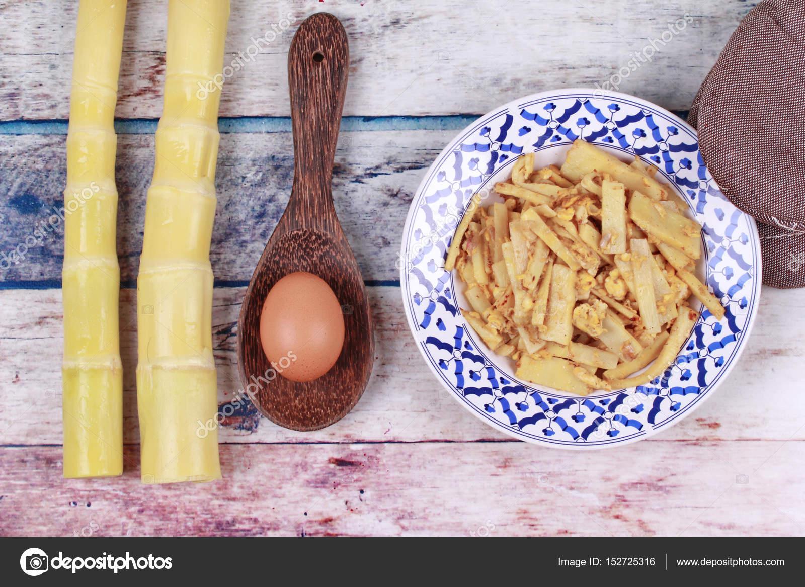 Germogli di palo di bambù morbido fritto con uovo e cucina ...