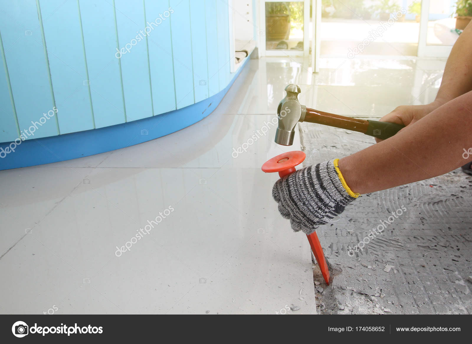 Fatti in casa sostituzione piastrelle del pavimento in casa u2014 foto