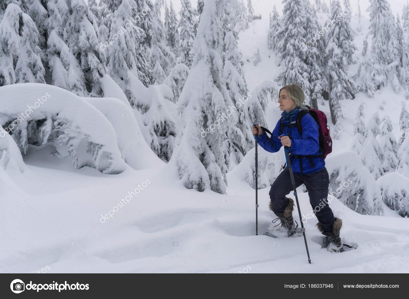 1089b4d57c Fiatal kalandos kaukázusi nő hótalpas túra, a havas hegyek. Venni a  Seymour-hegy, North Vancouver, British Columbia, Kanada — Fotó szerzőtől ...