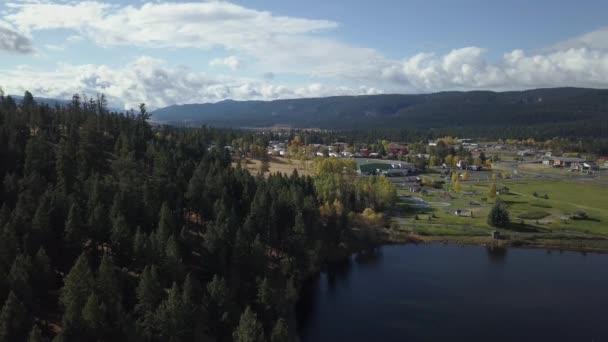 Antenne 4k drone Aufnahmen von einer schönen Kleinstadt, Logan Lake, während eine lebendige sonnigen Herbsttag. Aufgenommen im Innern von British Columbia, Kanada