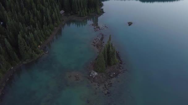Antenne Natur Landschaft Blick auf die schönen felsigen Inseln in einem bunten Gletschersee. Foto von Garibaldi in der Nähe von Squamish, nördlich von Vancouver, British Columbia, Kanada.