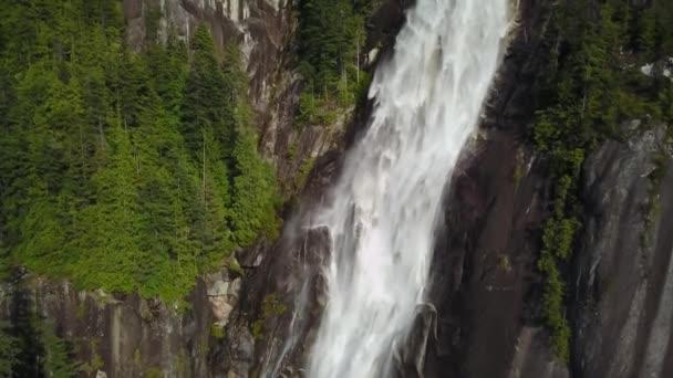 Schöne Tal an einem hellen sonnigen Tag. Entnommen aus einer Vogelperspektive in Brandywine Falls, in der Nähe von Whistler und Squamish, nördlich von Vancouver, British Columbia, Kanada.