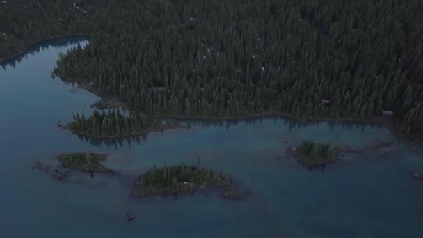 Légi természet tájkép színes gleccser-tó gyönyörű sziklás sziget. Képet hozott a Garibaldi közelében Squamish, Vancouver, British Columbia, Kanada északi részén