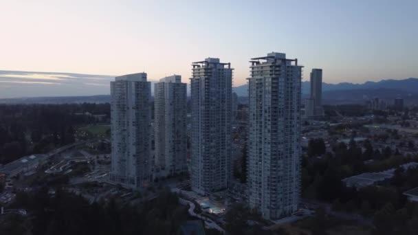 A légi felvétel a kereskedelmi és lakó épületek a kertvárosi övezetben. Venni a Surrey, nagyobb Vancouver, British Columbia, Kanada