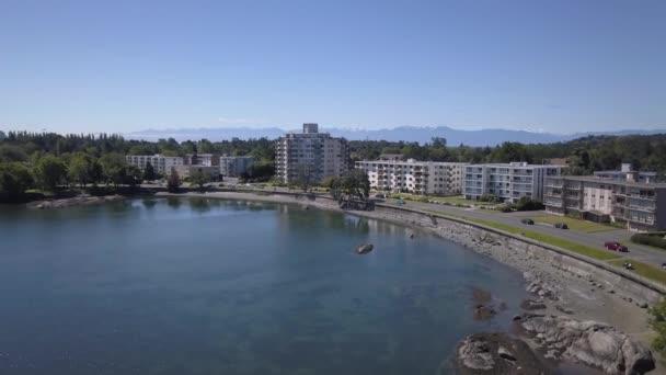 A légi felvétel a kereskedelmi és lakó épületek a kertvárosi övezetben. Venni a Surrey, nagyobb Vancouver, British Columbia, Kanada.