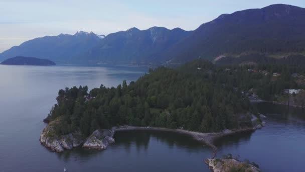 A légi felvétel a színes naplemente alatt gyönyörű sziklás partján. Videó venni Whytecliff Park, Horseshoe Bay, West Vancouver, British Columbia, Kanada.