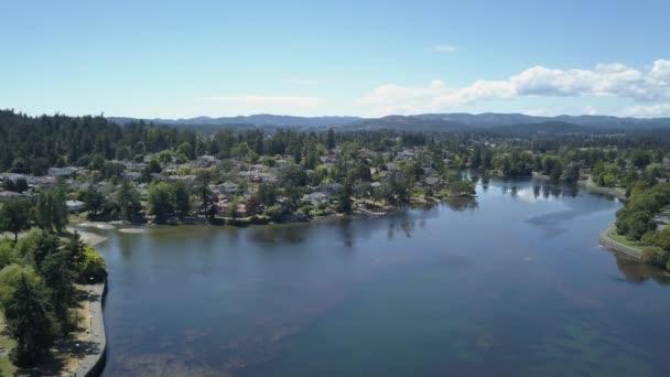 Luftaufnahme von Gorge Park in der Hauptstadt Victoria auf Vancouver Island, British Columbia, Kanada. Aufgenommen an einem sonnigen Sommertag.
