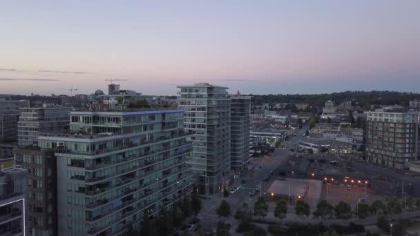 Letecký pohled na komerční a obytné budovy, v příměstské oblasti. Přijata v Surrey, větší Vancouver, Britská Kolumbie, Kanada.