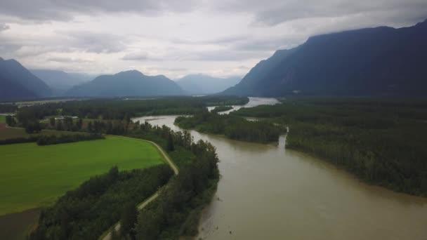 Luftaufnahme von einer wunderschönen Landschaft in Howe Sound nahe Squamish City, nördlich von Vancouver, British Columbia, Kanada. Aufgenommen an einem sonnigen Sommertag.