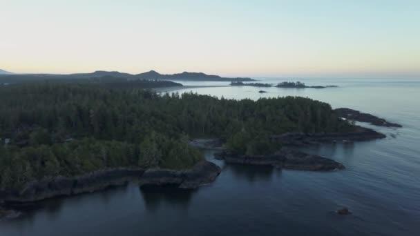 Luftaufnahme der Naturlandschaft der wunderschönen Felseninseln in einem bunten Gletschersee. Foto aufgenommen in garibaldi bei squamish, nördlich von vancouver, britisch columbia, kanada.