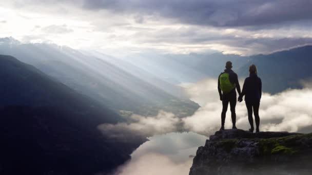 Mozi Folyamatos hurok Animáció az ember Álló egy szikla hegyi táj