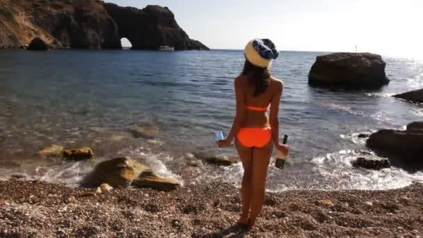 Veselá dívka na pláži. Jásá, moře a slunce na Vánoce