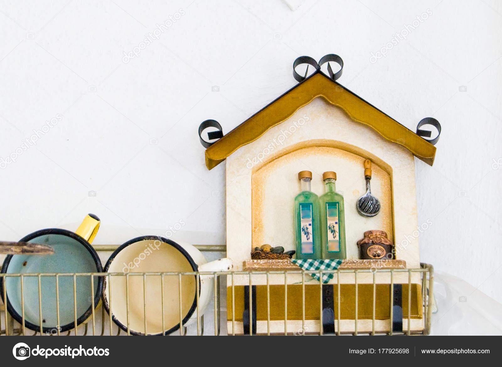 Keukenruimte met het dineren gebied in oud huis stock afbeelding