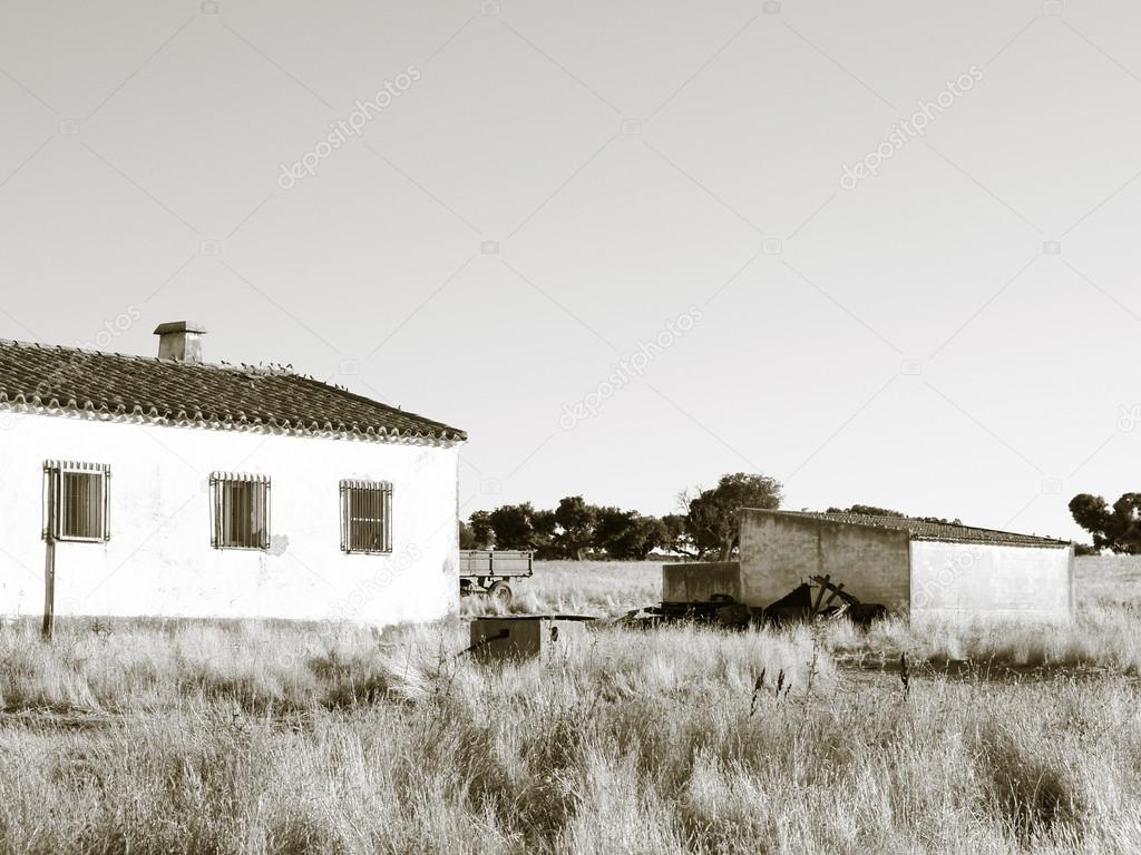 Casa di campagna in estate in bianco e nero foto stock - Casa e campagna ...