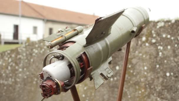 Boční pohled na odpalované z ramene, protitankové zbraně