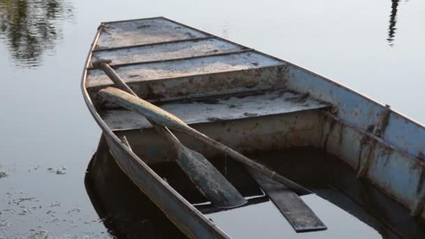 Wasser im Boot, ein Boot auf dem Wasser
