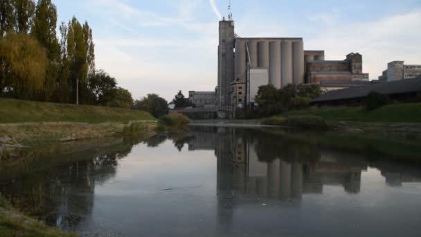 complesso industriale riflesso nellacqua sporca