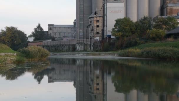 complesso industriale, il riflesso nellacqua