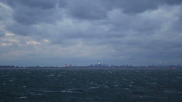 New York, pohled z rozbouřeného moře, čtyři výstřely