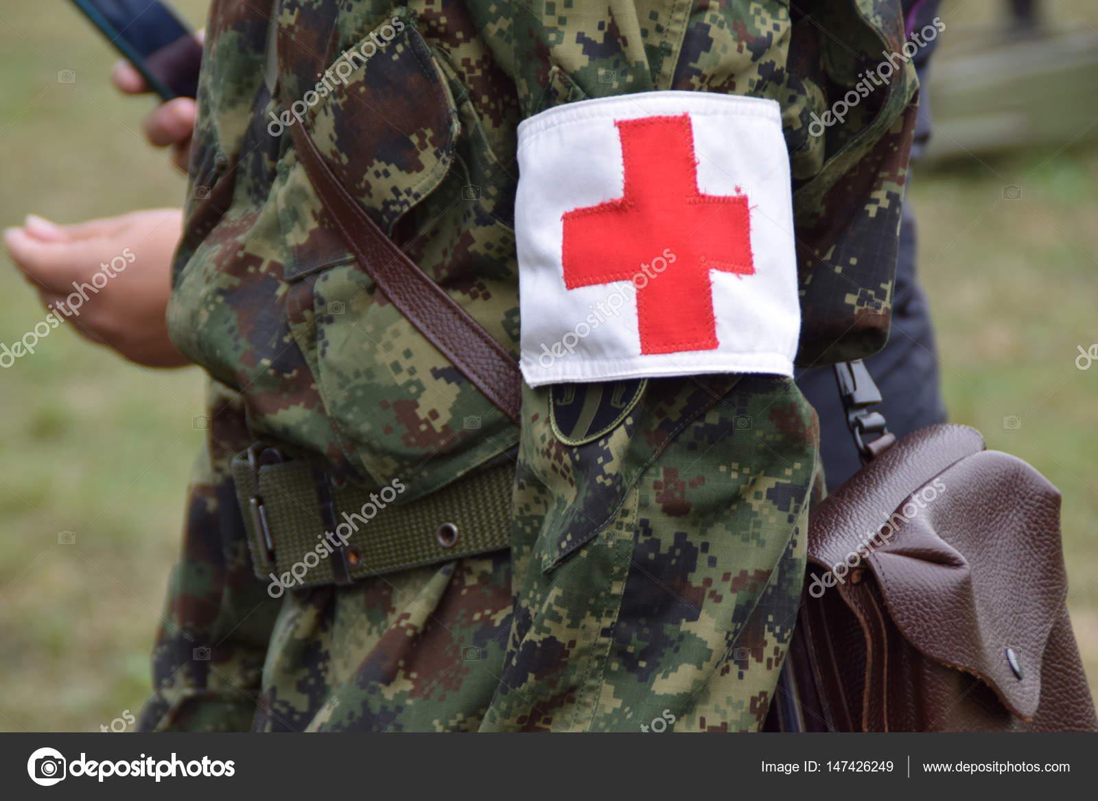 Menschen aus dem Militär des Roten Kreuzes — Stockfoto © nivcube ...