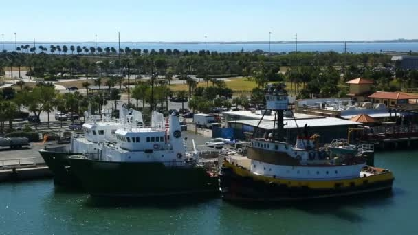Dock a zakotvené lodě