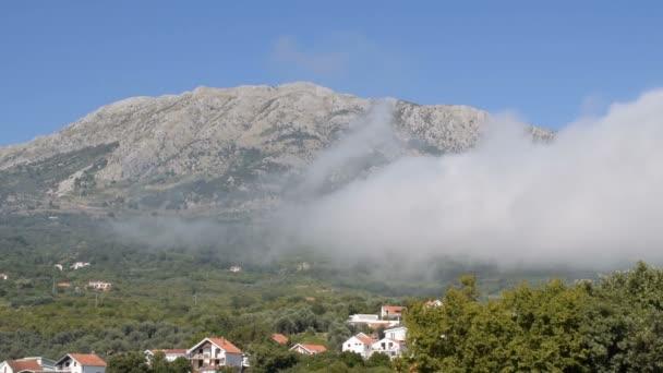 Časová prodleva pohybu mraků a skalnatá krajina