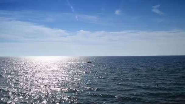 třpytící se moře a lodí
