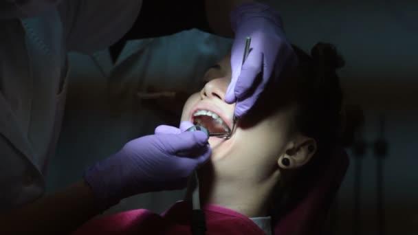 Zahn, Zahnarzt und den Patienten junge Frau anziehen Hosenträger