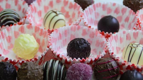 Čokoládové kuličky, ženská ruka s bonbóny