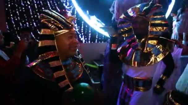 Halloween party, jelmezek, az egyiptomi fáraók fammily, az emberek jelmez tánc, Halloween party, klub október 31-én, New York, Amerikai Egyesült Államok