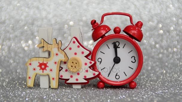 Zeitrahmen, rote Abenduhr zählt Sekunden bis Mitternacht, Weihnachts- und Neujahrsdekoration von Christbaum und Rentieren, frohes neues Jahr