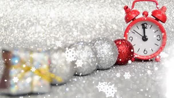 a vörös esti óra visszaszámlálás 10 másodpercig, hogy éjfél, boldog új évet 2018., egy ajándék, és a New Years ezüst golyó
