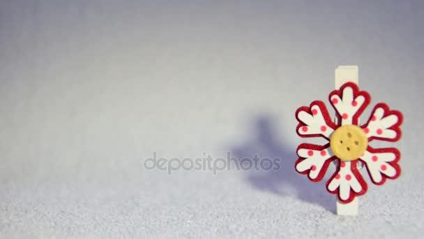 dekorační červené a bílé sněhové vločky s stín na pozadí bílého sněhu, místo k tisku textu