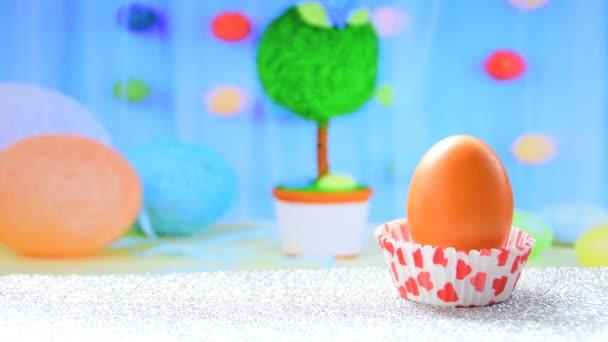 Orange Ostereier und schöne Dekoration