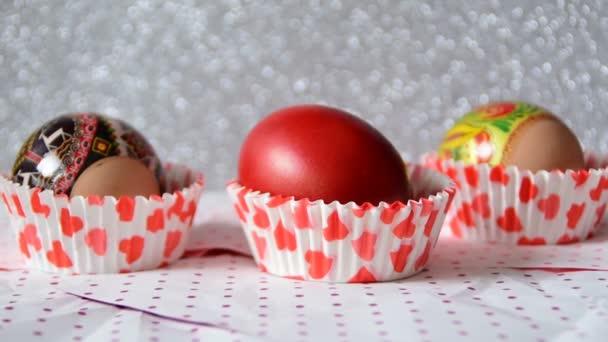 Tři velikonoční vajíčka v pohárech červené srdce přiblížit