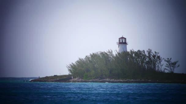 schöner Leuchtturm und plätschernde Wellen